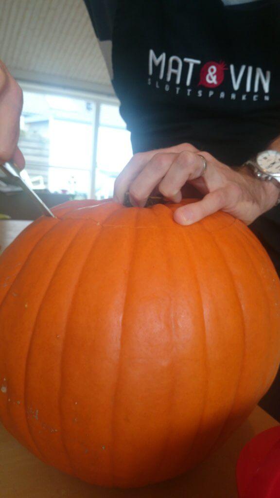 Hur man gör Halloweenpumpa - Skär av toppen